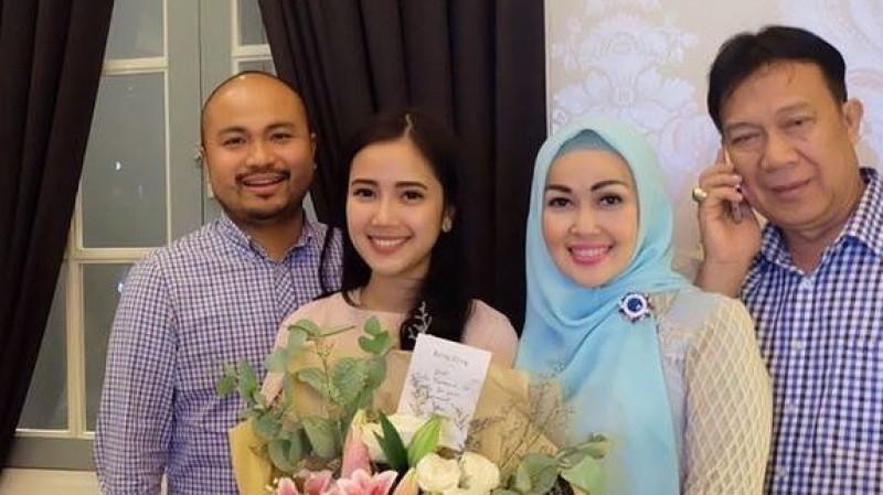 Afif Kalla bersama Tistha Nurma dan keluarganya
