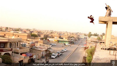 ISIS terrorists throw a gay man off a building top in Irak in August 2016