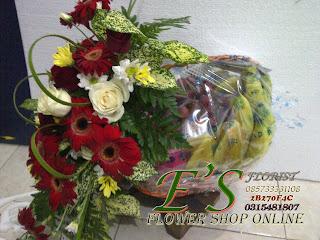 rangkaian bunga parcel buah untuk ucapan semoga lekas sembuh