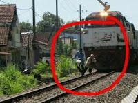 FOTO Detik-detik Pria Sebelum Tertabrak Kereta Api Terjepret Kamera Netizen