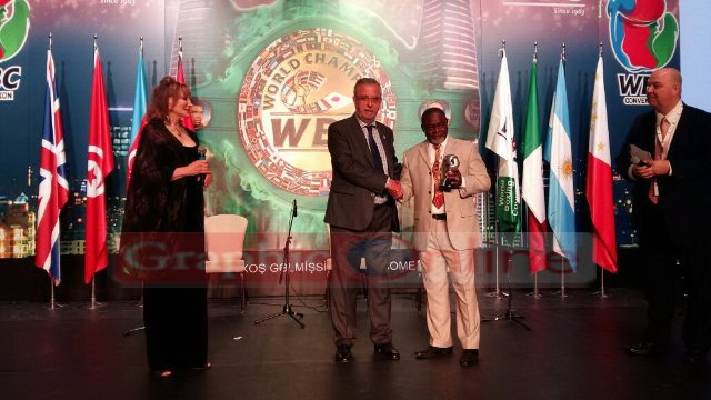 Azumah Nelson receives WBC Champion award