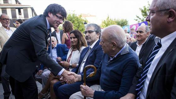 Repugnante imagen de ayer. Puigdemont estrechando la mano de Pujol, el corrupto y expoliador confeso más grande de la historia de Cataluña.