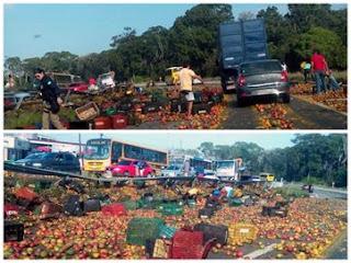 2 pessoas ficam feridas após caminhão com frutas tombar na Paraíba; veja vídeo