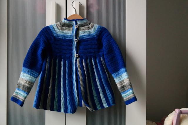 Szydełkowy sweterek w paski