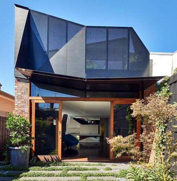 rumah minimalis kaca gelap dan kusen kayu