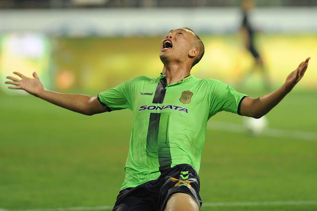 Jeonbuk Hyundai Motors striker Kim Shin-wook feels the weight of the world lifted from his shoulders as he scores the winner against Ulsan Hyundai