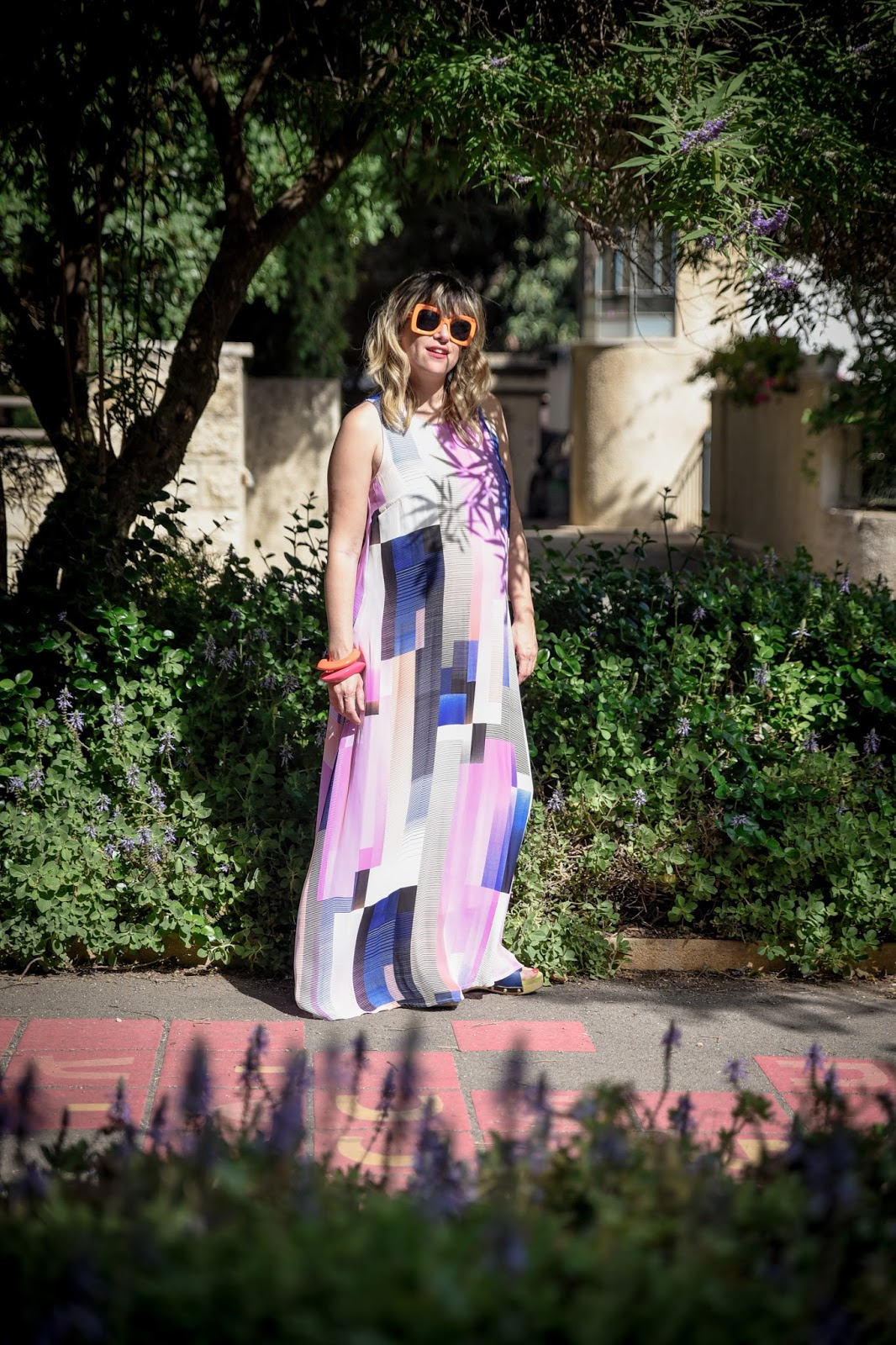 שמלת מקסי צבעונית ורודה של קסטרו