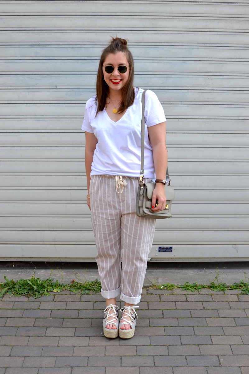t-shirt blanc H&M, pantalon easyclothes, espadrille plateforme Pull and Bear, sac PS11, ray ban