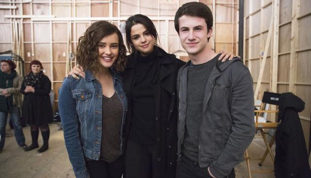 Selena Gómez -productora e impulsora de la serie- entre los actores Katherine Langford y Dylan Minnette