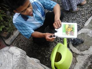 Mencampur pupuk bioboost dengan air
