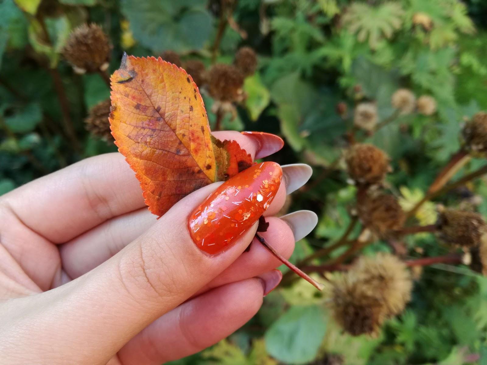 pomarańczowy kciuk z liściem