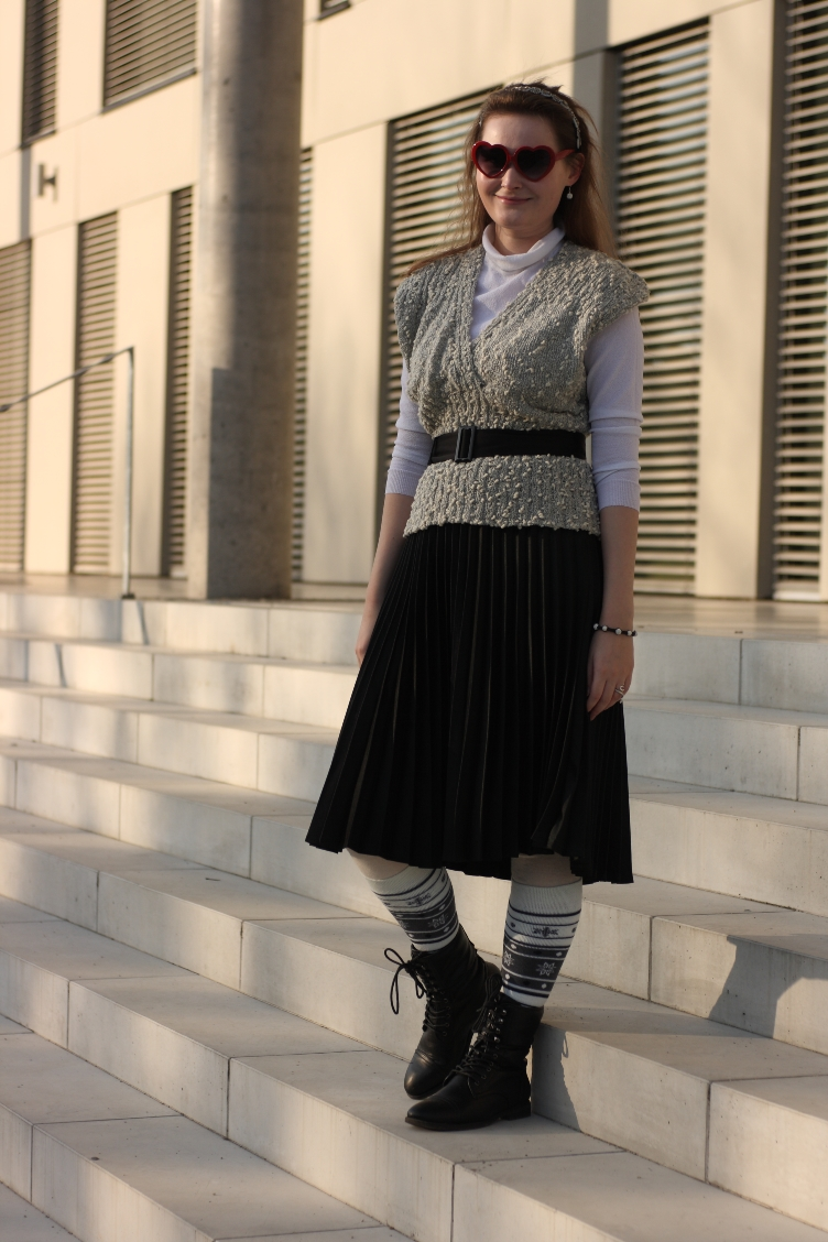 quaintrelle, georgiana, quaint, outfit, vintage, ootd, vest, pleated skirt, deichmann, heart shaped glasses, rey, katniss