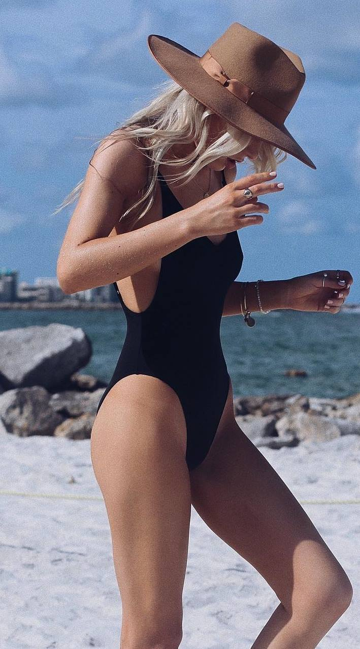 amazing summer outfit / hat and black monokini