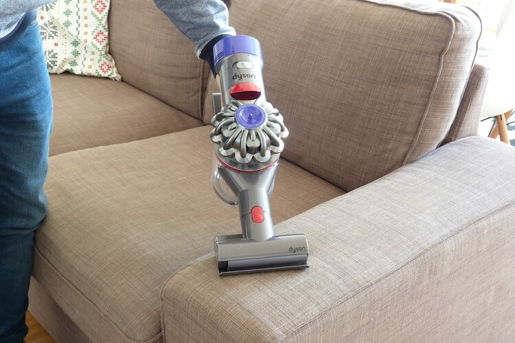 Review Dyson V8 Absolute +, aspirando una tapicería