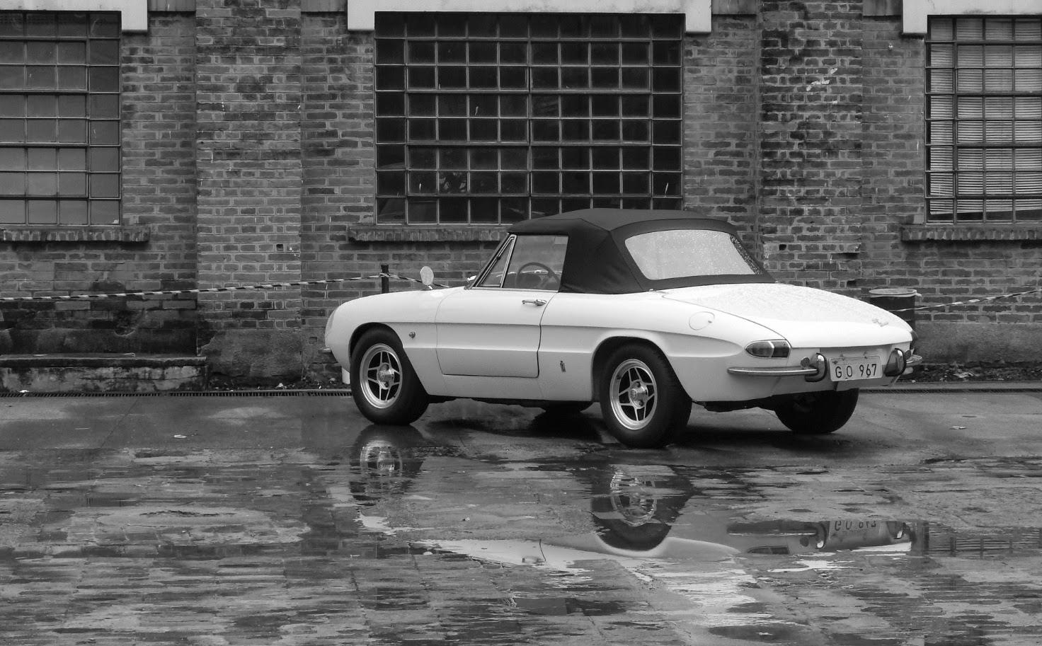 Esta Alfa Romeo Spider Duetto 1967 é tão linda que mereceu uma foto em preto e branco, logo depois da chuva que caiu em Piracicaba.