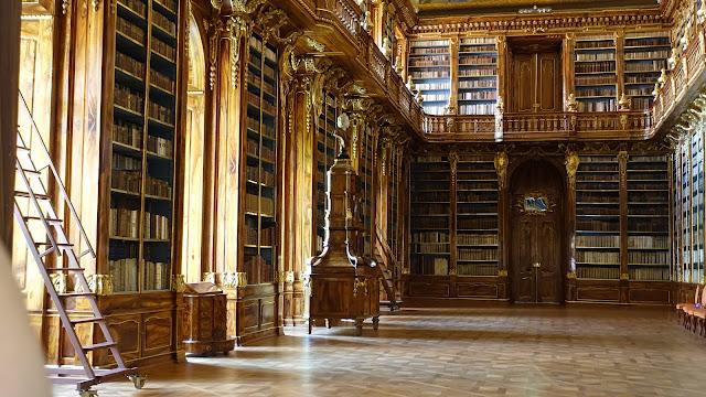 圖書館區只開一扇門讓一般遊客從門外欣賞圖書館內部,除非預約才能進到內部參觀,這間是 Philosophical Hall 哲學廳,天頂有壁畫,兩側和二樓都擺滿書籍, 這張照片沒有拍到全部,還被手指遮到Orz 但個人很喜歡這張切出來的畫面