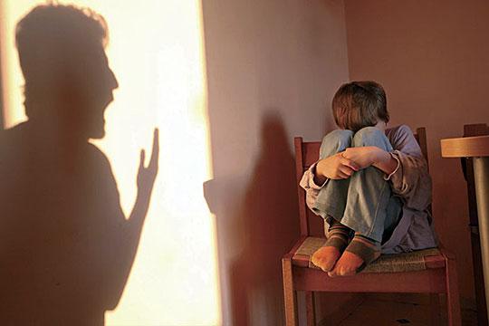 ضرب الأم وتأثيره على الأطفال
