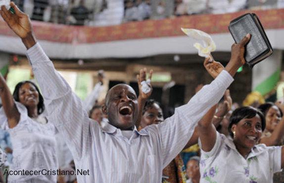 Cristianos africanos adorando a Dios en iglesia