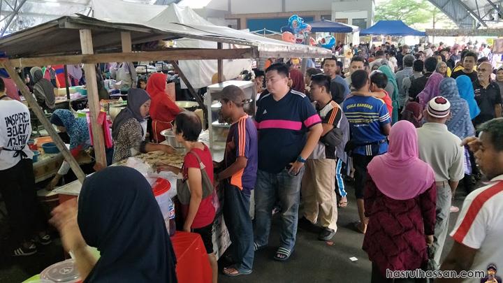 Beratur beli juada berbuka puasa Popia Basah di Bazar Ramadan Kuala Kangsar