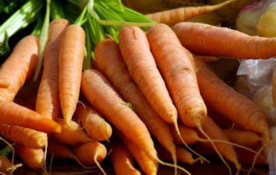 memilih wortel segar