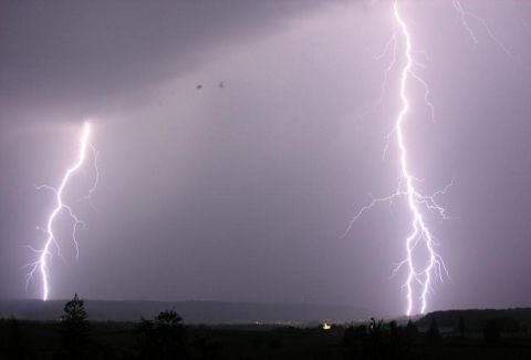 Σφοδρή κακοκαιρία στην Πτολεμαΐδα: Κεραυνός χτύπησε σπίτι!