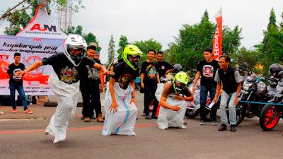 Bikers Honda melakukan lomba khas Agustus-an