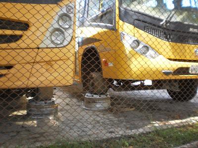 Resultado de imagem para onibus escolar sem os pneus