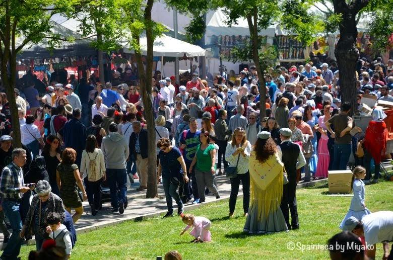 Fiestas San Isidro en Madrid マドリードのサンイシドロ祭りで賑わう人々