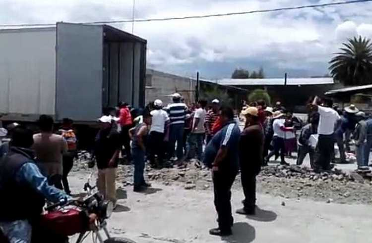 Pobladores de Tochtepec, municipio de Puebla saquean trailer con despensas.