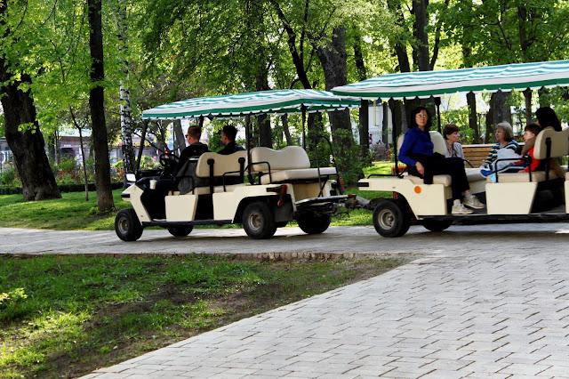 Прогулочный электромобиль на аллее парка Шевченко