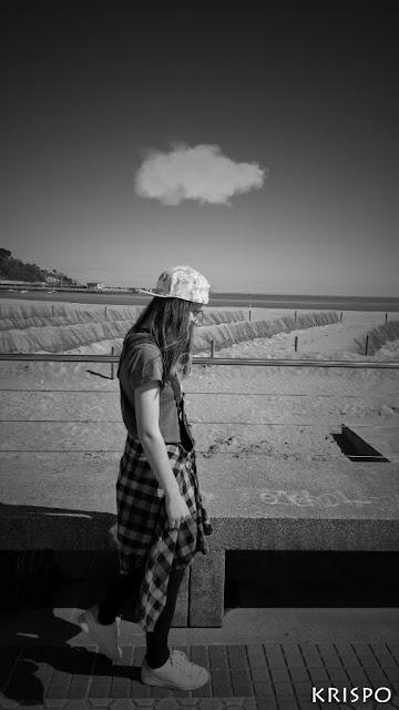 chica paseando con una nube encima de su cabeza