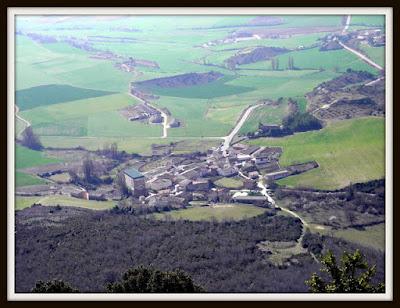 Ganuza es el pueblo de los monumentos pétreos de la Sierra de Lóquiz.    Ganuza es junto a Ollobarren los dos pueblos del valle de Metauten que ofrecen las mejores vistas de los farallones calizos de toda la Sierra de Lókiz.    La Sierra de Lóquiz con sus más de 22 kilómetros lineales, comprende y atraviesa diversos valles de la Comarca de Urbasa Estella, en Navarra. - 219 Ganuza Pueblo de los Monumentos Pétreos de la  Sierra de Lókiz -  www.casaruralurbasa.com