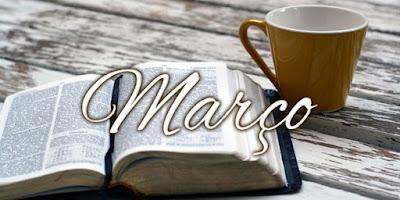 imagem com a bíblia e com a palavra março