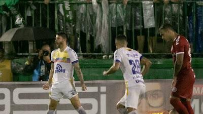 Everaldo comemora o gol da Chape (Foto: Matheus Sebenello/Agência Estado)