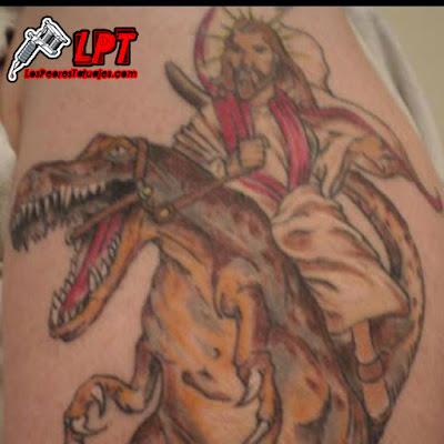 Tatuaje de Jesús montando un dinosaurio