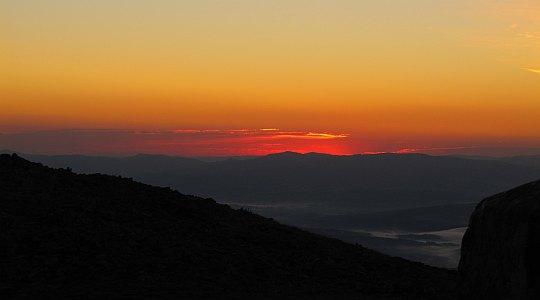 Gorce płoną być może jak ongiś, gdy pozyskiwano na nich śródleśne polany do wypasu (widok z Babiej Góry).