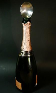 Si colocas una cucharilla en una botella de cava o champán, ¿las burbujas no se van?