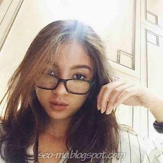 Foto Selfie Cerelia Raissa Cantik Pakai Kacamata