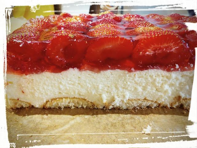 sernik na zimno z truskawkami i galaretka na biszkoptach ciasto na zimno na lato