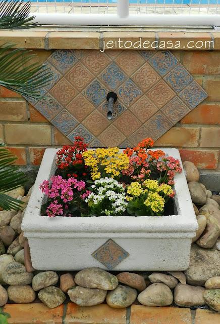 fonte com flores