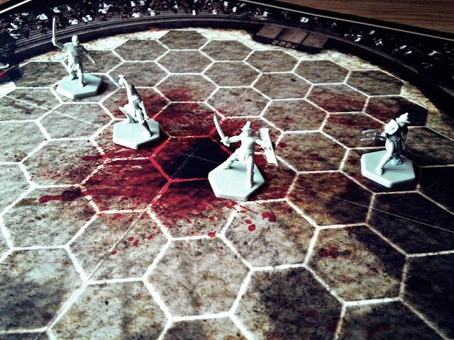 Soloniusz zaprasza Cię do swojej loży, gdzie będziesz mógł zobaczyć prawdziwe, krwawe i brutalne walki gladiatorów. Od początku jest coś nie tak, Twój wojownik słania się na nogach, wydaje się bezsilny w starciu ze słabszym przeciwnikiem. Co się dzieje? W reszcie nadchodzi ta chwila, Twój gladiator pada od rany, niezdolny do dalszej walki. Zgodnie z umową, którą zawarłeś na wszelki wypadek, Soloniusz musi go oszczędzić, kosztowało Cię to fortunę, jednak ten wojownik ma szansę być mistrzem. Uśmiechasz się pod nosem, gotów podziękować swojemu gospodarzowi, gdy ten nagle kieruje kciuk w dół, patrząc Ci prosto w oczy. Witaj w świecie Spartakusa!  Pierwszy kontakt  Pudełko nowości Games Factory, Spartakus: Krew i Zdrada zdobi tytułowy bohater serialu, przy czym od razu muszę powiedzieć, że grafiki na kartach oraz ilustracje w instrukcji nie należą do moich ulubionych. Jestem zwolennikiem rysowanej kreski, ale jestem w stanie zrozumieć wymogi licencyjne. Boki pudełka zdobi tytuł, a w jego wnętrzu znajdziemy cytaty prosto z serialu, jednak jeden z nich jest mocno ugrzeczniony, mimo zapewnień polskiego wydawcy, czyli Games Factory.            Instrukcja jest napisana prostym i zrozumiałym językiem. Jej font jest lekko odstraszający i czytając kolejne strony miałem wrażenie jakbym cofnął się w czasie, ale nawiąże do tego nieco później.  Wrażenia  Przejdźmy dalej, czyli do planszy. Świetnie wykonana, jej kontury są lekko rozmazane, ale to tylko wzmacnia efekt areny, na której będą toczyć ciężkie boje nasi gladiatorzy. Na samym środku można zobaczyć efekty już rozegranych walk - wielka plama krwi, która sama musi wsiąknąć w piach.    Karty rodów są nieźle wykonane, chociaż żałuję, że ich rewers jest w białym, a nie tak jak plansza, w czarnym kolorze. Dodatkowo, moje karty dojechały lekko wygięte w jedną stronę.    Dalej mamy masę monet, które będą cały czas w obiegu podczas gry. Każdy z rodów będzie to naprzemiennie bogacił się i ubożał, byleby przetrwać w tym okrutnym świecie