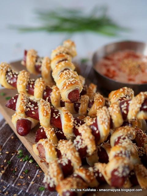 ciasto francuskie z kabanosami, kabanosy zapiekane w cieście, przekaski francuskie z kabanosami, menu na impreze, finger food, szwedzki stół, sylwestrowa przekaska