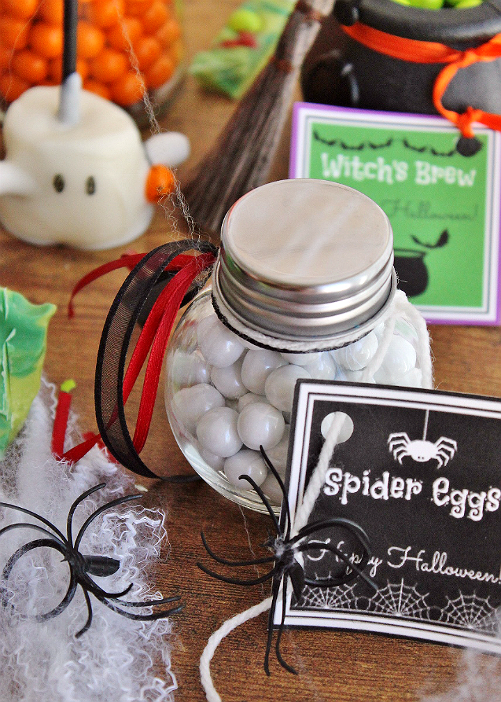 Spider Eggs Favors- These #CelebrationSpookyTreats can be made in minutes with these free and fun printables and some Sixlets! #AD