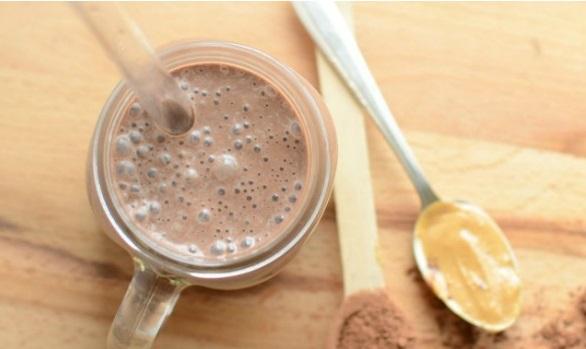 Shake proteic cu seminte de canepa, unt de arahide si cacao