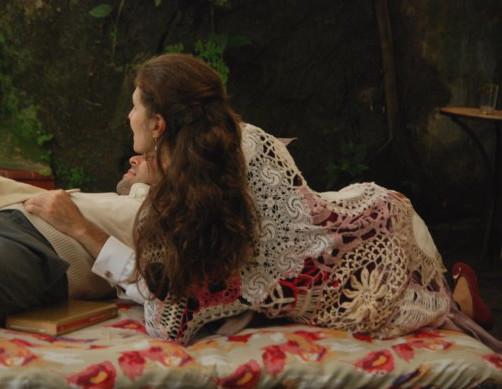 Figurino de teatro: xale de crochê feito com caminhos de mesa