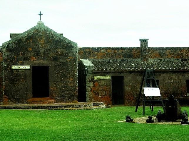 Capela (E) e Cozinha da Tropa (D), no Fuerte de San Miguel, Chuy