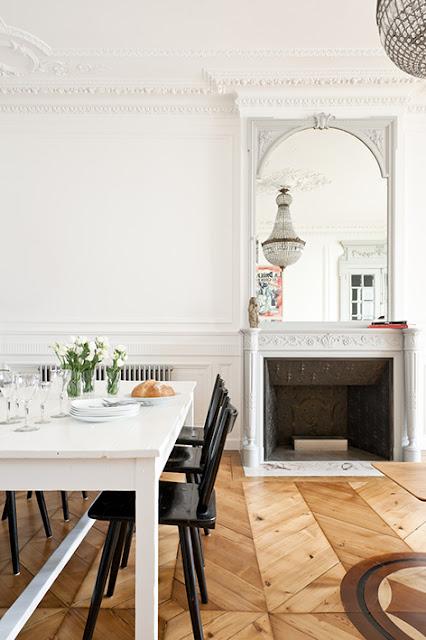 table à manger vintage et cheminée avec moulures peinte en gris clair