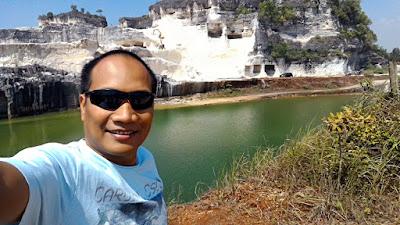 Bukit Jadih dan Danau Biru adalah tempat yang keren buat selfie.