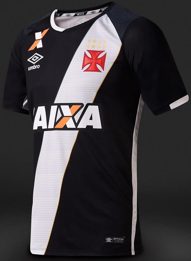 ce3047793f A camisa titular é predominantemente preta com a faixa diagonal em branco