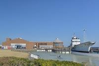 道の駅ちくら外観と横に小型船